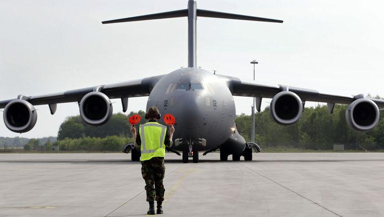 Een C-17 transportvliegtuig brengt begin mei het laatste gevechtsvoertuig van de Task Force Uruzgan uit Afghanistan terug naar Nederland. Het toestel, met aan boord een Pantserhouwitser, landde op vliegbasis Eindhoven. © anp Beeld