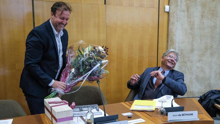 Ook Alain Cnudde kreeg bloemen, tot hilariteit van raadslid Jean de Bethune.