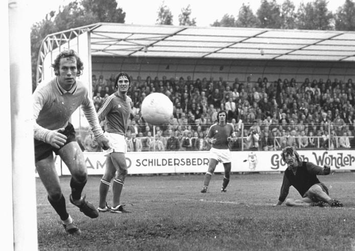 André van Gerven (l), Adrie van Kraaij en Willy van der Kuijlen zien een kopbal van Aad den Butter in het doel verdwijnen. PSVwon op 29 september 1974 in Rotterdam toch met 1-3 van Excelsior.