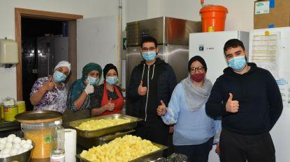 """Vrijwilligers Vaartkapoen koken elke dag voor 160 gezinnen in nood: """"Geen inkomen meer en geen eten op de plank. De lockdown eist z'n tol"""""""