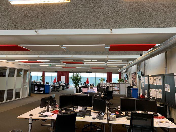 De redactie van het Brabants Dagblad in Den Bosch ligt er verlaten bij. Bijna iedereen werkt thuis.