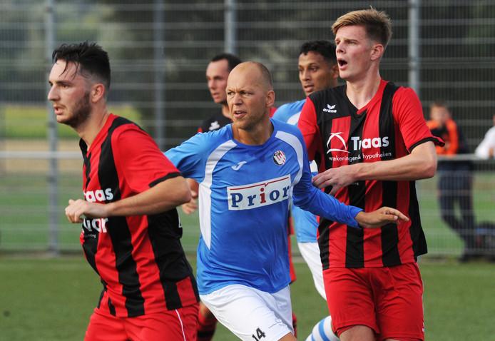 Arnemuiden (rood-zwart), hier in actie tegen Vlissingen, werd zaterdag groepswinnaar in poule A van het BSC-toernooi.