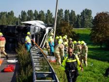 Trucker raakt bekneld nadat hij uit de bocht vliegt bij Ridderkerk