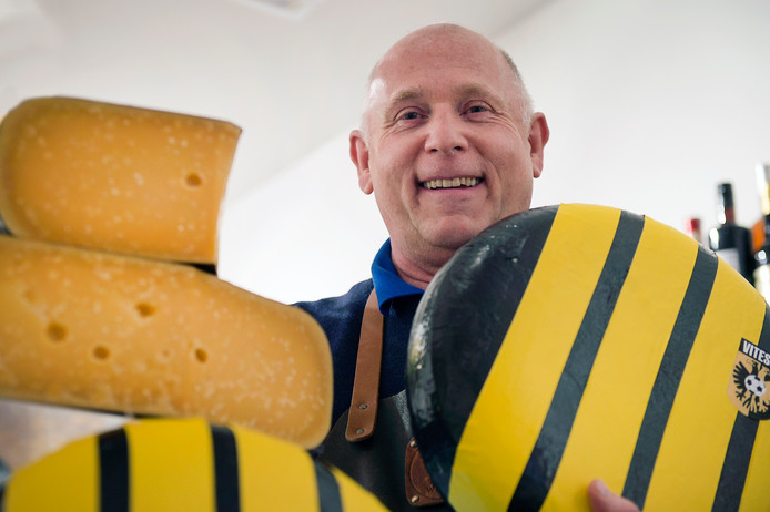 Kaasboer Chris van Dee heeft in zijn winkel in de Koningstraat in Arnhem in de aanloop naar de bekerfinale Vitesse-kaas in de verkoop.
