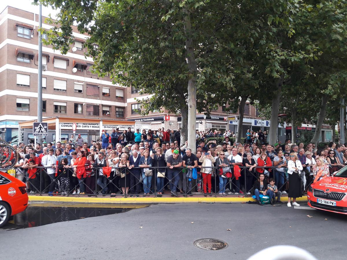 Drukte bij de start van de laatste etappe van de Vuelta in Madrid.