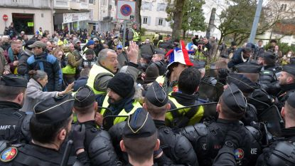 Tientallen gele hesjes wachten Macron in Souillac op, politie herstelt de orde met wapenstok