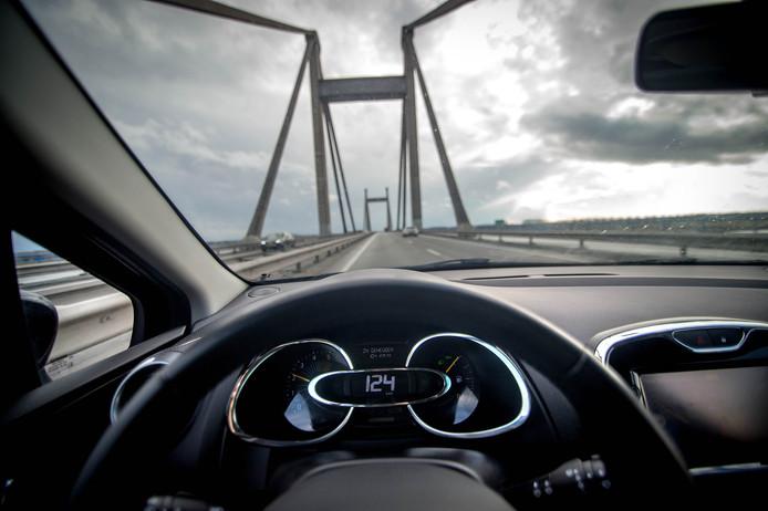 Over vijf à tien jaar rechtstreeks vanaf de PWA-brug dwars door West Maas en Waal richting Oss?