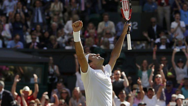 Roger Federer viert opgelucht zijn grootste ontsnapping tegen Marin Cilic. Hij overleefde drie matchpoints. Beeld REUTERS