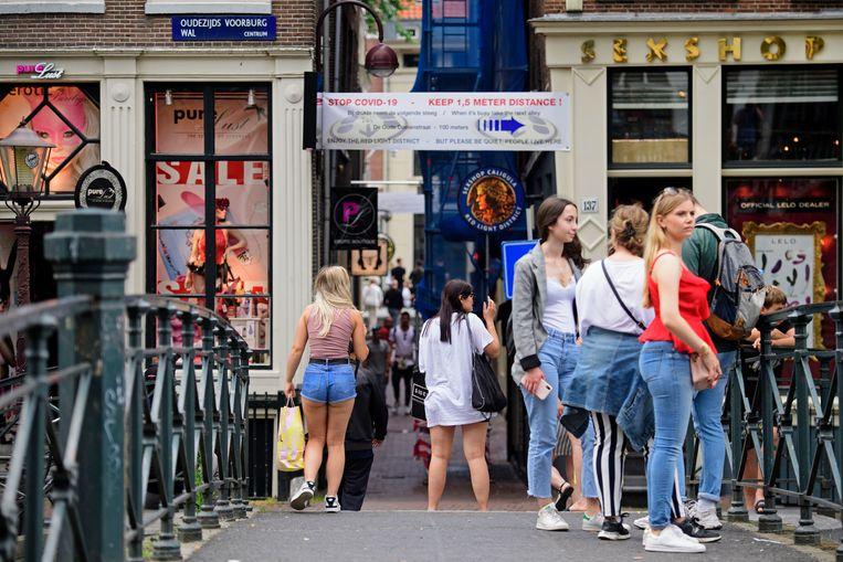 Drukte, afgelopen weekend, op de Amsterdamse Wallen. Met een verbod op de alcoholverkoop hoopt burgemeester Halsema dat bezoekers de afstandsregels beter naleven. Beeld ANP