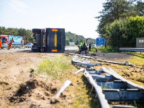 Truck met asfalt kantelt op A28, weg naar Zwolle nog uren dicht