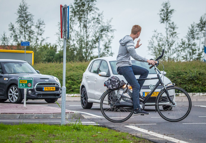 Een fietser krijgt voorrang van een automobilist op de rotonde bij de Randweg/Groeneweg.