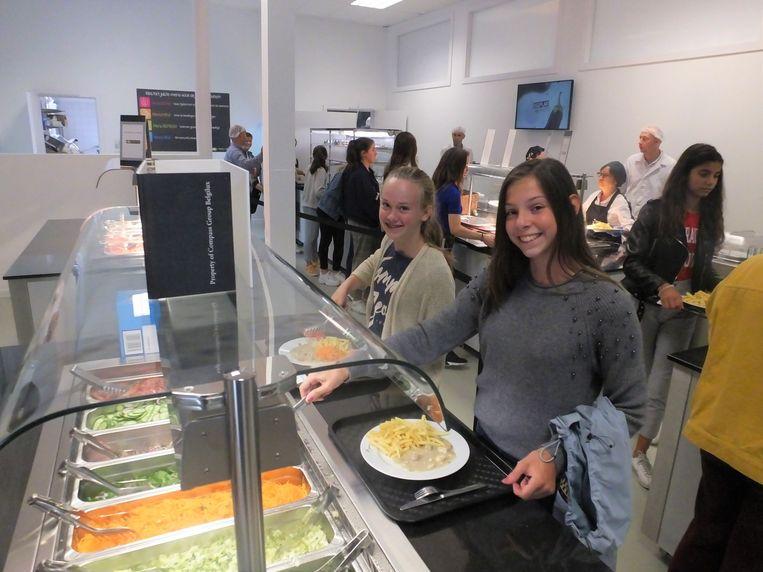 Alicia Vanheste en Anne-Laure Sijnave aan de saladbar.