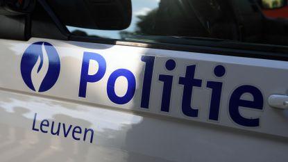 Bromfietser raakt paaltje en valt in Heidebergstraat
