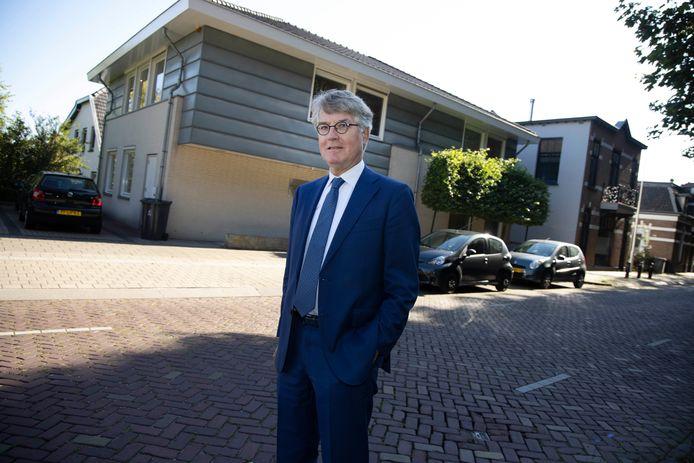 Laurent Mostart voor het notariskantoor in Beek.