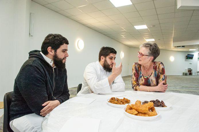 Moskee MIV Assalam organiseerde vorig jaar tijdens de ramadan een iftar voor de buurtbewoners van Gouda-Oost. De iftar is de maaltijd die moslims tijdens de ramadan eten na zonsondergang om het vasten te breken.