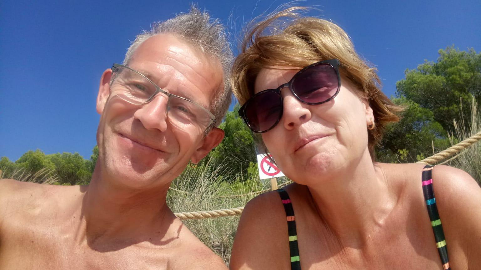 Rikus en Jannet Meun-Snoek liggen in kritieke toestand in het ziekenhuis op Tenerife. Zoon Stefan zoekt mensen die zijn ouders kunnen helpen.