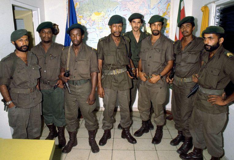 Een groepsfoto van de leden van de Nationale Militaire Raad, gemaakt vlak na de staatsgreep in Suriname in 1980. Vanaf links: Stanley Joeman, Ruben Braaf, Chas Mijnals,Laurens Neede, Ramon Abrahams, Desi Bouterse, Roy Horb, en Badressein Sital.   Beeld ANP