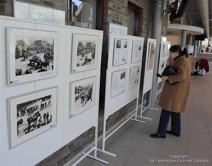 Tentoonstelling in aanloop naar 65 jaar bevrijding in hal gemeentehuis Haaksbergen in 2010