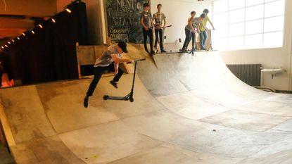 Skaters leven zich uit in indoor skatehal