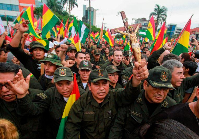In de stad Santa Cruz, bolwerk van de rechtse oppositie in Bolivia, gingen politieagenten zondag feestvierend de straat op. Beeld AFP