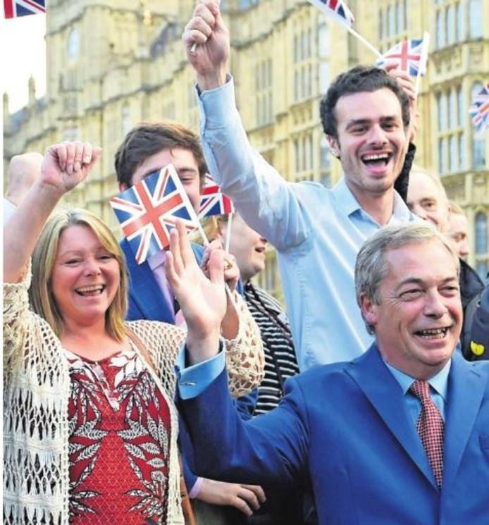 Melanie Hurst (l) en Nigel Farage(r) vieren feest.