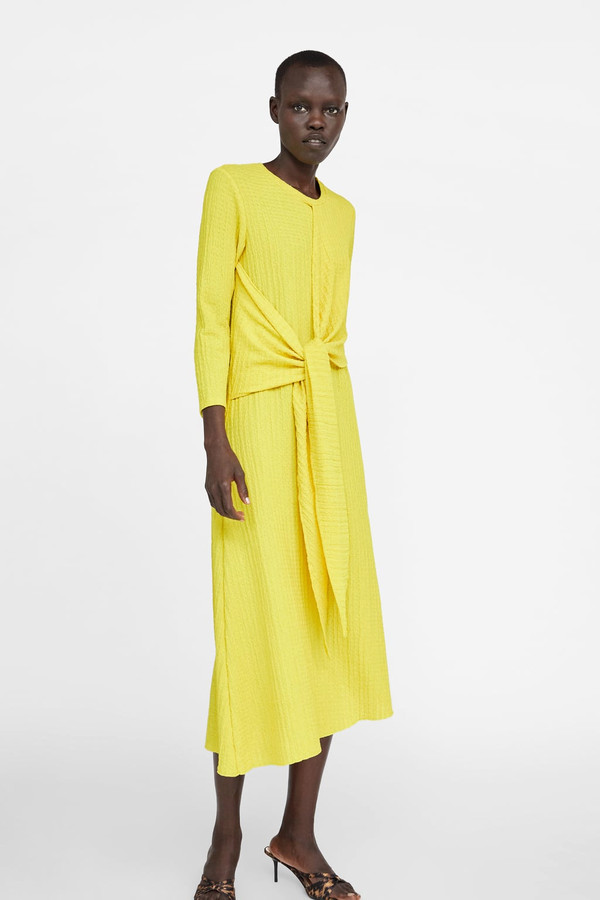 Robe jaune à longues manches - 19,99 euros au lieu de 39,95 euros.