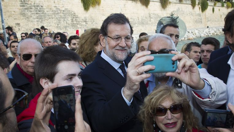 Eerste minister Mariano Rajoy poseert voor een selfie Beeld null