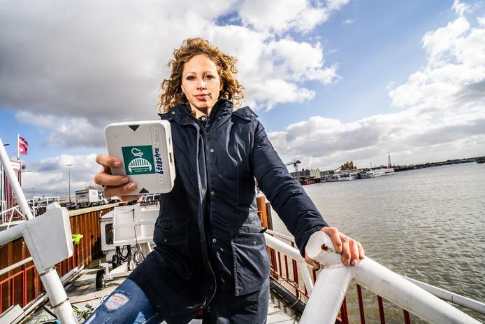 Marloes Spaander van Arnhems Peil met haar luchtmeter in de Nieuwe Haven in Arnhem.