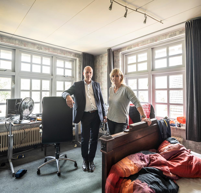 Vader Jakob en moeder Jantje in de slaapkamer van hun zoon in het ouderlijk huis in Stadskanaal. Beeld null