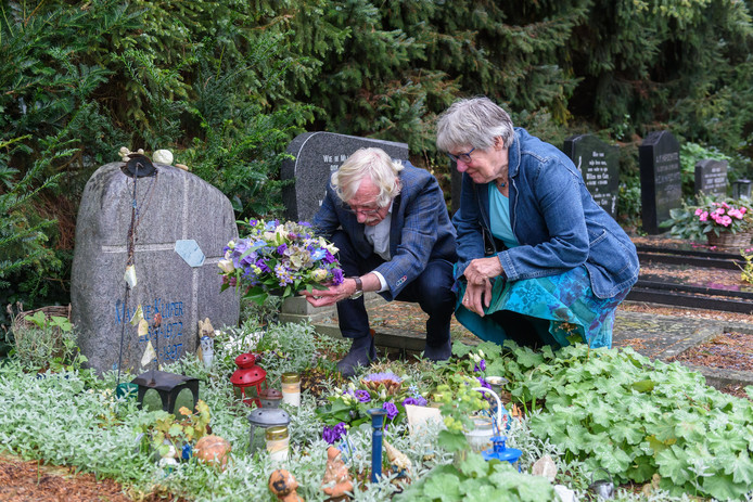 Moeder Ina en Paul Kuiper bezoeken het graf van hun vermoorde dochter Maaike.