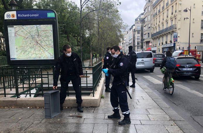 Franse agenten staan bij het mes dat de dader weggooide voordat hij de metro invluchtte.