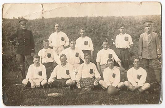 Het militaire elftal dat, in juli 1917 onder leiding van kapitein Esseling (links op de foto), een voetbalwedstrijd speelde tegen de elf van Truzement. Uitslag 0-0.