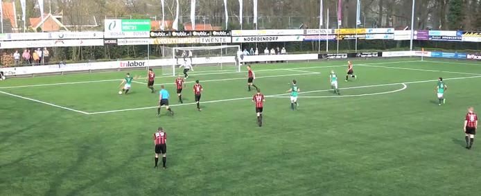 HSC'21-speler Stef Ottink scoort met geluk via een verdediger.