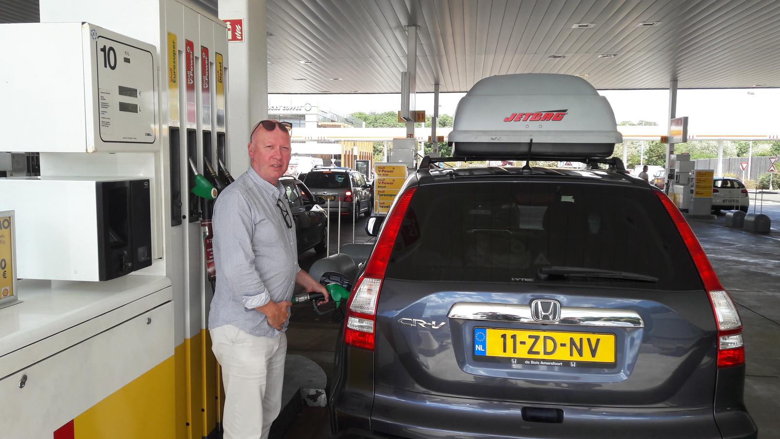 Jon Massop tankt zijn auto goedkoop vol in Berchem