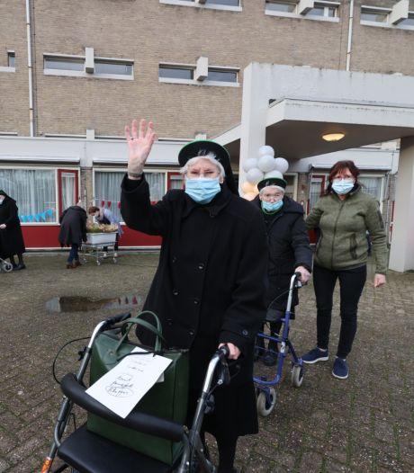 Laatste zeven zusters vertrekken uit Huize Witven in Someren: Nog één rondje over de parkeerplaats