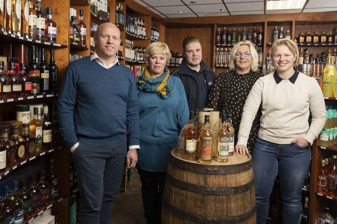De familie achter drankenhandel Knol in de winkel aan de Deldensestraat met (van links naar rechts) Adelbert Knol, Paulien Zandhuis-Knol, Daan Zandhuis, Miriam Knol en Lieke Knol.