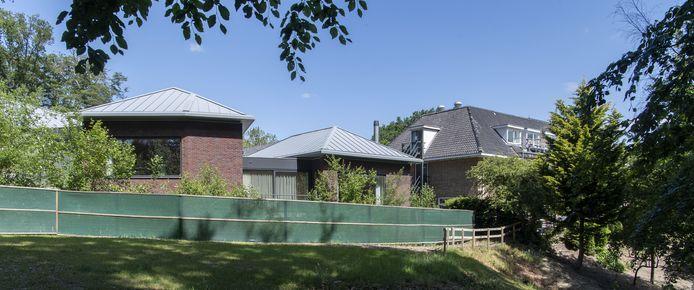 De appartementen (links) direct naast hotel Wyllandrie aan Tichelwerk op de Kuiperberg bij Ootmarsum.