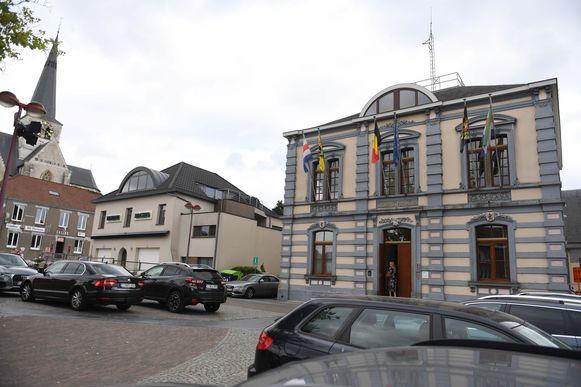 Het Gemeenteplein met het gemeentehuis van Huldenberg, waar vlakbij het nieuwe mobipunt zou komen