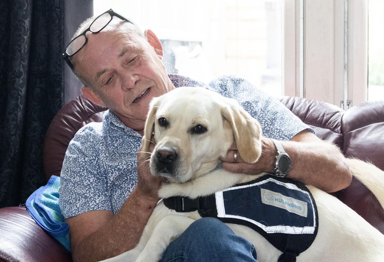 Johan Bins raakte gewond tijdens een vredesmissie in Libanon. Hij vecht nu al jaren met Defensie om een 'eerlijke' vergoeding. Hulphond Bixie helpt hem de stress en spanningen te verwerken.