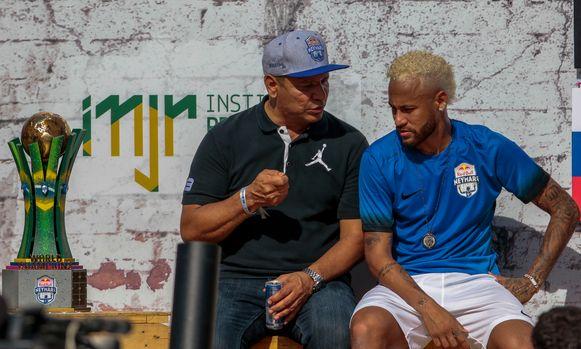 Neymar Sr vorige week met zijn zoon op diens liefdadigheidstoernooi in Sao Paulo.