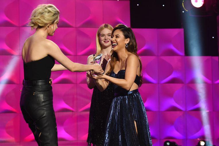 Selena overhandigde de award even aan Francia