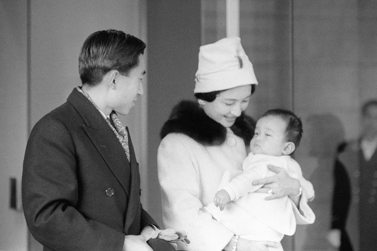 Foto van 9 december 1960 van Akihito en Michiko met hun baby, kroonprins Naruhito.