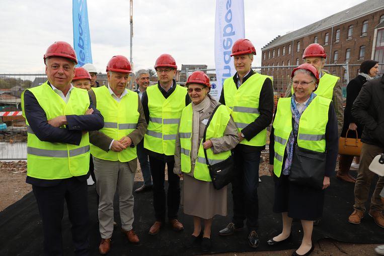 Burgemeester Patrick Dewael, de aannemer, schooldirectie en zusters van de congregatie Zuster Heilige Harten wonen de eerste steenlegging bij voor de bouw van basisschool Picpussen.