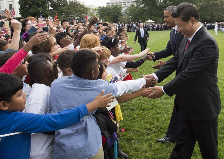Obama en Xi Jinping begroeten schoolkinderen in Washington. Beeld AFP