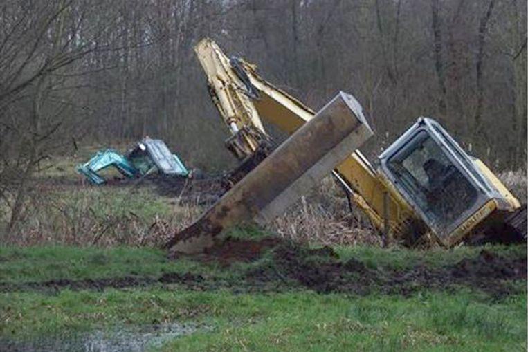 De twee graafmachines zakten door de grond in natuurgebied Vorsendonkbroek.