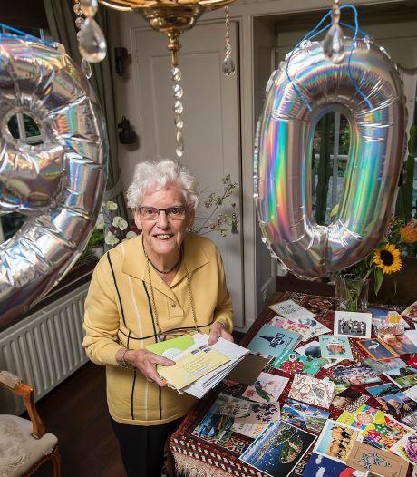 Kaarten uit de hele wereld voor 90-jarige oma Tiny uit Teteringen