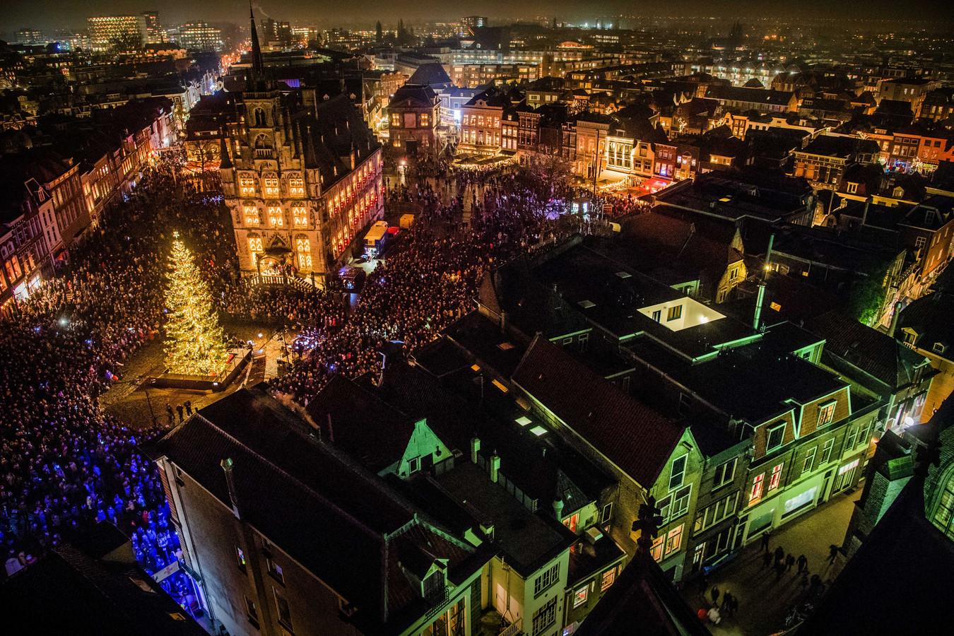 De lichtjes van de kerstboom op de Markt hult het middeleeuwse centrum van Gouda in wintersferen.