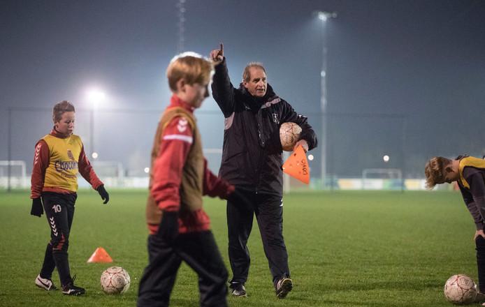 Frans Thijssen aan het werk met de jeugd van DOVO.