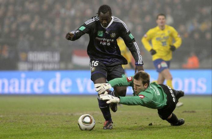 Lukaku gaat voorbij Mignolet in Anderlecht - Sint-Truiden.