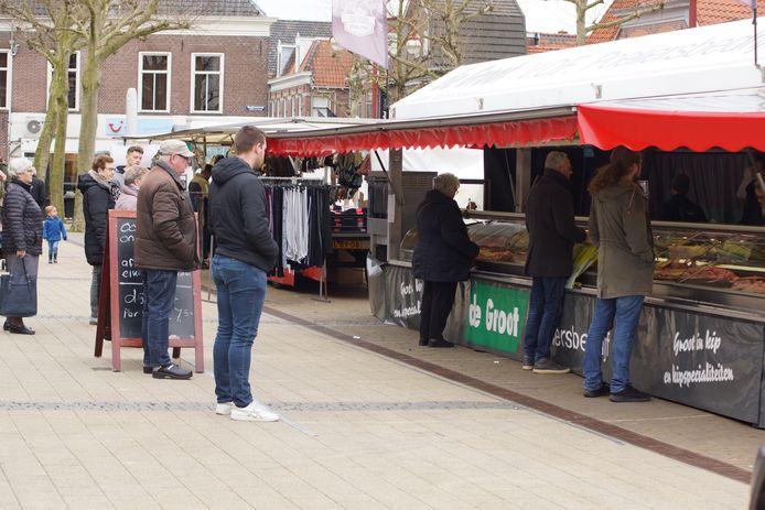 Bezoekers van de markt in Nijkerk houden afstand tot elkaar.